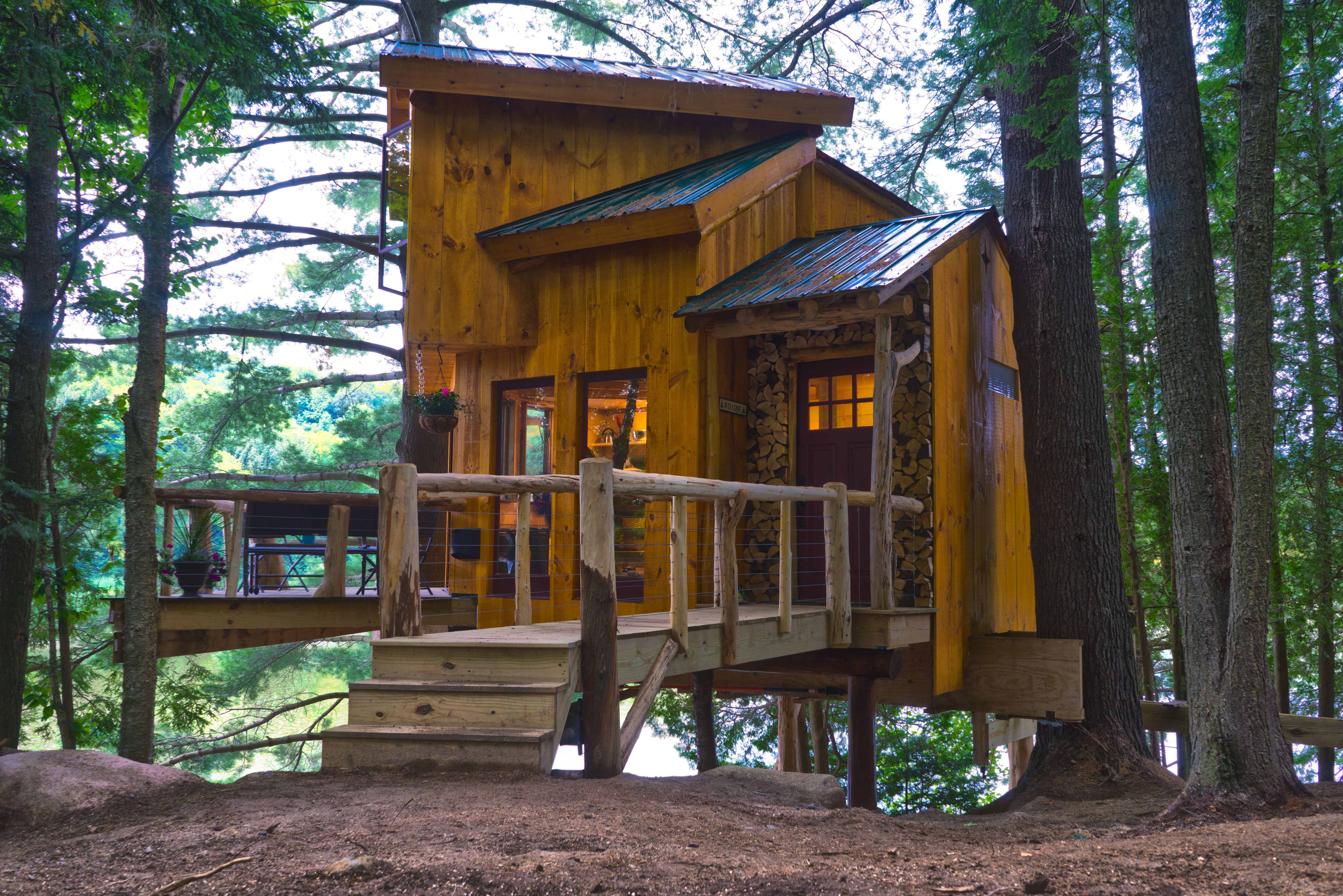 http://vermonttreecabin.com/treehouse-walker-pond/
